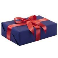 Ręczne pakowanie prezentu - czerwona tasiemka, całość zapakowane w ozdobny papier